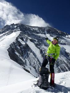 Sophie devant l'arête Nord de L'Everest à 7000m