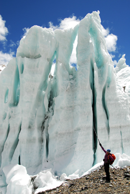 Sophie devant un pénitent de glace